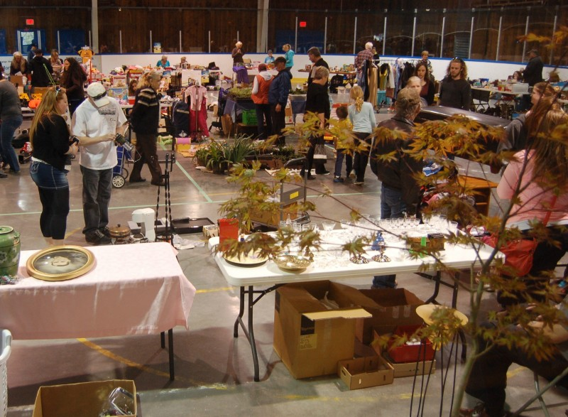 People showed up. Lots and lots of people! The Garage Sale at SEAPARC seems to have been a success.
