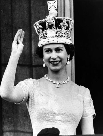By National Media Museum from UK - The Queen waves from the palace balcony after the Coronation, 1953.Uploaded by mrjohncummings, No restrictions, https://commons.wikimedia.org/w/index.php?curid=26198099